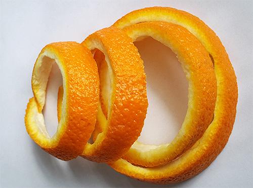 Апельсиновые корки эффективны для отпугивания моли, но менять их нужно довольно часто