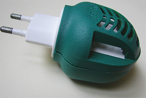 Электрический фумигатор и специальные пластины от моли эффективно уничтожат вредителя в платяном шкафу