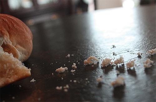 Еще в одной примете говорится, что если стряхивать крошки хлеба на пол, то в скором времени у человека появятся вши