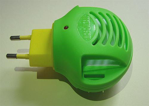С помощью такого фумигатора и специальных инсектицидных пластин можно эффективно бороться с молью в шкафу