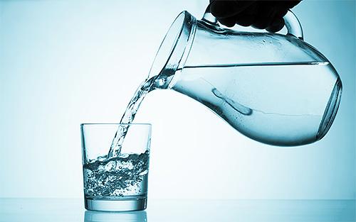 Для обработки головы от вшей уксус необходимо развести водой