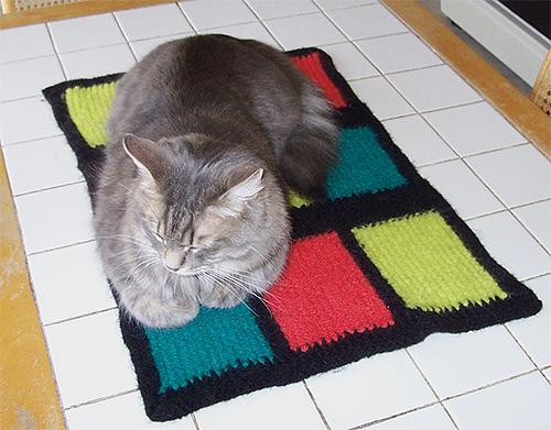 Кошачьи подстилки нужно регулярно стирать и вытряхивать, поскольку именно в них зачастую развиваются личинки блох