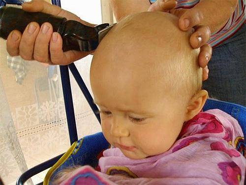 Эффективное лечение от паразитов в волосах может заключаться в бритье головы