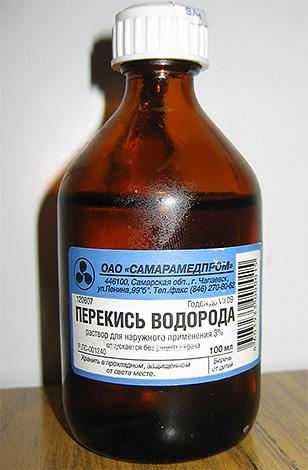 Применяя перекись водорода в качестве лекарства от вшей, нужно помнить о его вреде для волос.