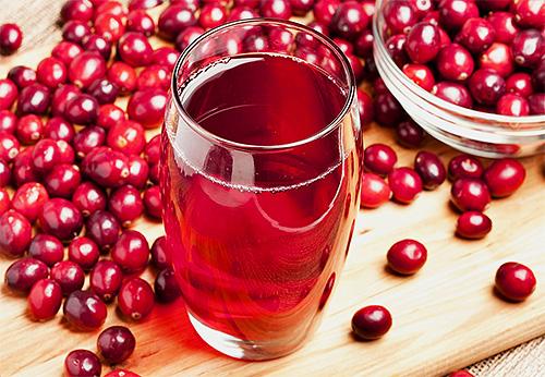Клюквенный сок является натуральным народным средством от вшей и гнид в волосах.