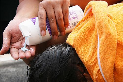 Педикулицидные шампуни - одни из наиболее удобных в применении препаратов от вшей.