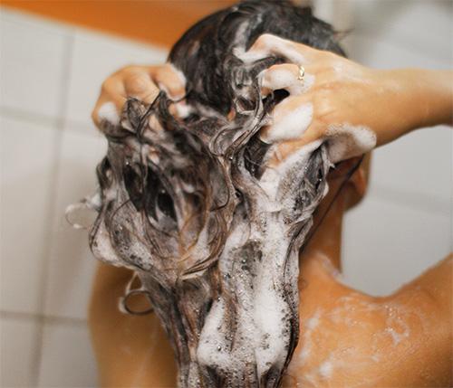 После обработки головы спреем от вшей и гнид средство нужно тщательно смыть.