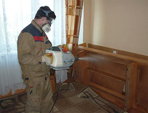 На фотографии показан пример обработки квартиры от клопов с помощью так называемого холодного тумана.