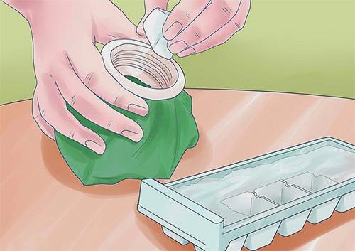 Для того чтобы уменьшить отек, можно приготовить холодный компресс, например, со льдом.