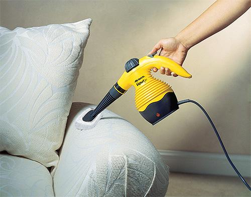При обработке мебели от клопов постарайтесь не направлять пар на лакированные и пластиковые поверхности.