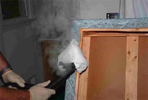 Пример обработки швов дивана, зараженного клопами, горячим паром