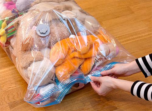 Для исключения попадания отравы на одежду, игрушки и т. п. вещи, их рекомендуется поместить в герметично закрытые полиэтиленовые пакеты.