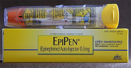 На фото показан пример автоинъектора с эпинефрином (адреналином).