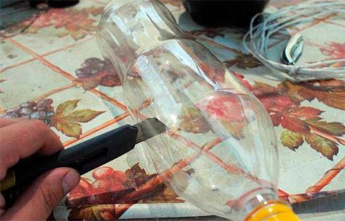 На первом этапе изготовления ловушки от бутылки отрезается верхняя ее часть с горлышком.