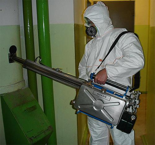 На фотографии показан работник службы дезинсекции с генератором горячего тумана.