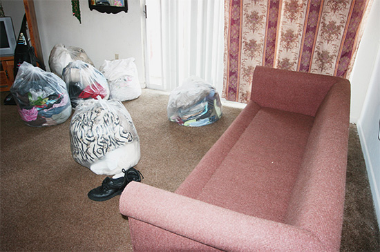 Перед обработкой квартиры нужно убрать все лишние вещи с пола и обеспечить доступ к плинтусам.