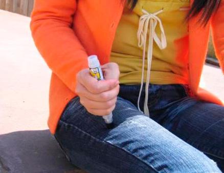 Использовать автоинъектор с адреналином следует сразу же после укуса, не дожидаясь признаков аллергической реакции (она может развиваться очень стремительно).