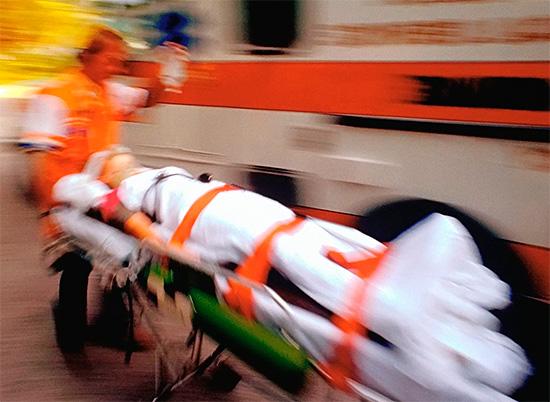В тяжелых случаях после оказания первой помощи человека следует как можно скорее доставить в больницу.