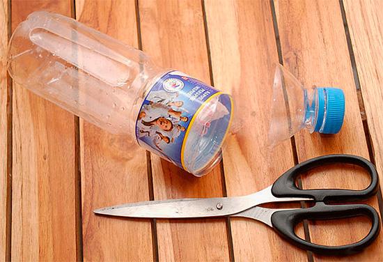 Эффективная ловушка для ос может быть приготовлена из обычной пластиковой бутылки.