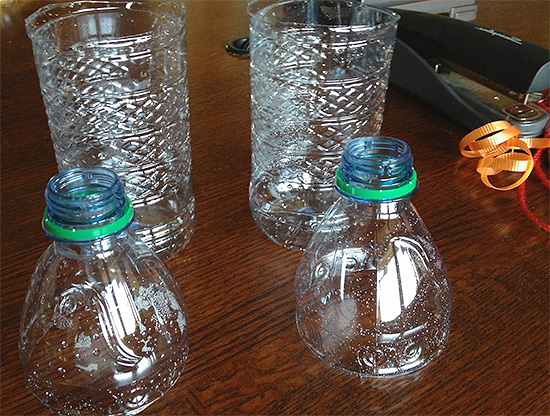 Для изготовления ловушки нужно сперва отрезать от пластиковой бутылки верхнюю треть...