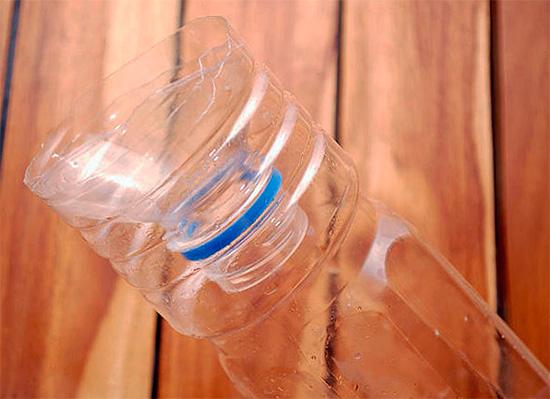Отрезанная верхняя часть бутылки вставляется в нижнюю горлышком вниз.