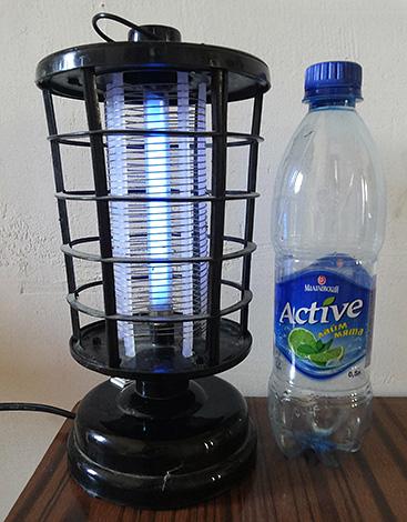Лампа для борьбы с летающими насекомыми.