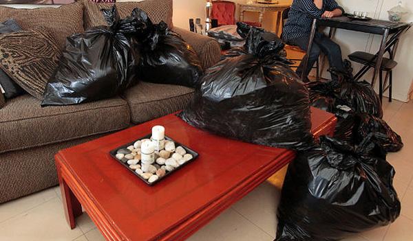 Одежду, посуду и другие вещи перед обработкой квартиры следует упаковать в полиэтиленовые мешки.