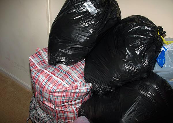 Перед процедурой дезинсекции посуду, одежду и продукты питания полезно упаковать в полиэтиленовые пакеты.
