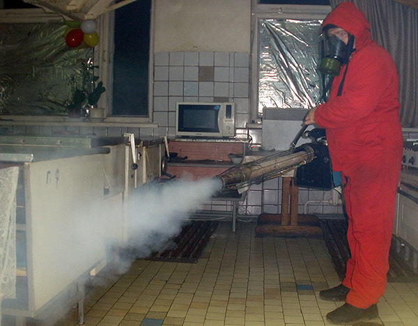 На фотографии показан пример обработки помещения от тараканов с помощью генератора горячего тумана.