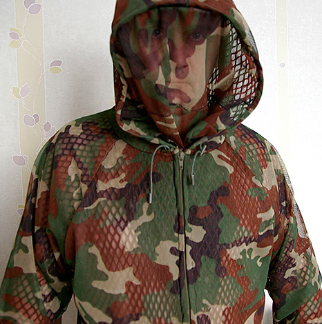 Специальная защитная одежда создает надежную преграду между кровососами и телом человека.