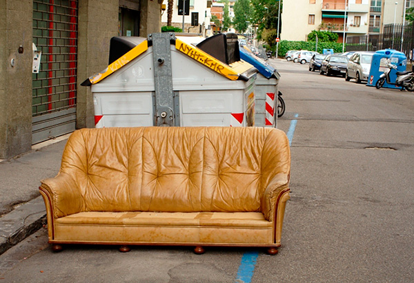 Следует иметь в виду, что диваны и кресла часто выкидывают именно по причине их зараженности клопами.