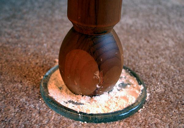 С применением средства Гектор можно готовить своего рода ловушки для клопов, размещаемые под ножками кровати.