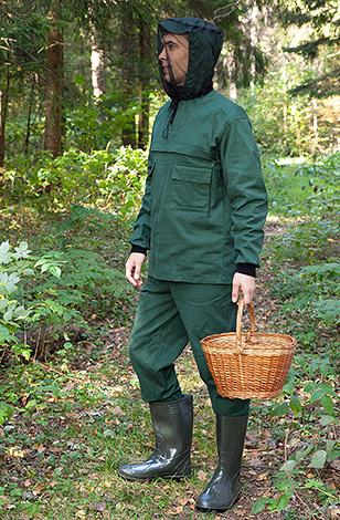 Чтобы надежно защитить себя от укусов клещей в лесу, целесообразно одевать специальную защитную одежду.