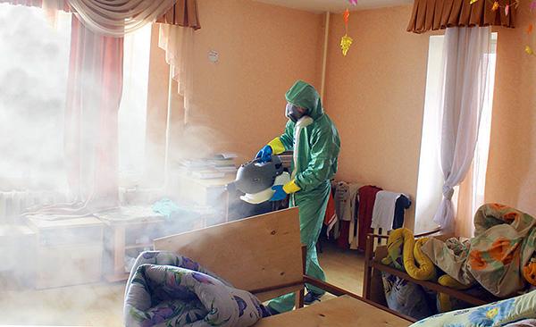 Обработка помещения службой дезинсекции (используется так называемый холодный туман).
