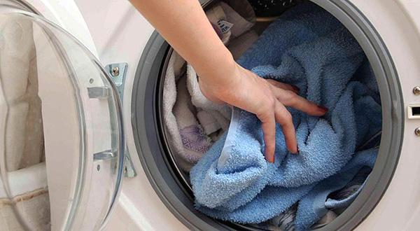 Практически всех бельевых клещей можно уничтожить, просто постирав при высокой температуре одежду.