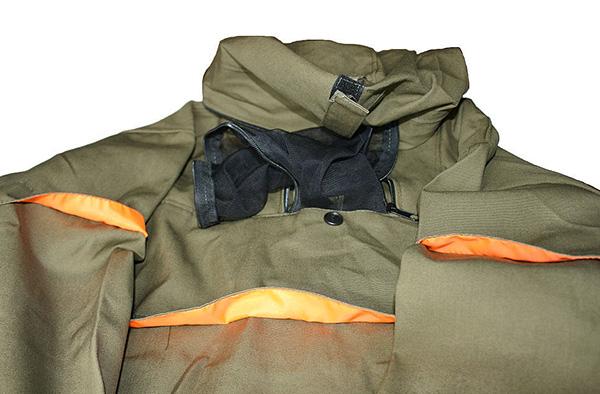 В противоклещевых костюмах имеются специальные ловушки для клещей, в которых паразиты скапливаются и погибают.