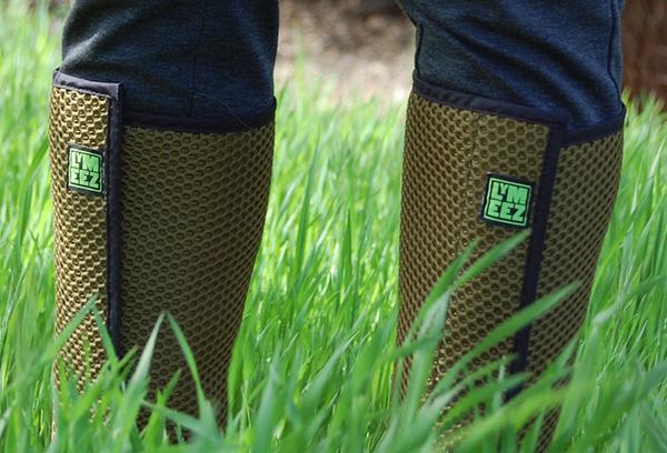 Накладки на ноги с ячейками, выполняющими роль ловушек для кровососов.