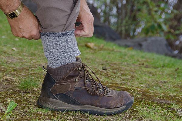 Если заправить штаны в носки, то клещу для укуса придется долго ползти вверх - до шеи или до рук человека.
