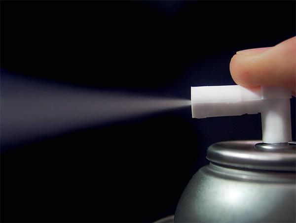 В отличие от спреев, аэрозольный баллончик способен выдавать струю средства до тех пор, пока клапан удерживается в нажатом состоянии.
